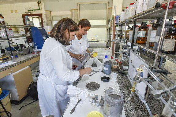 Ascensión Ciruelos Calvo y Montserrat Gómez-Cardoso Bernet cogiendo muestras de cenizas volantes para eliminar los metales pesados que contiene el lodo. / José Vicente Arnelas